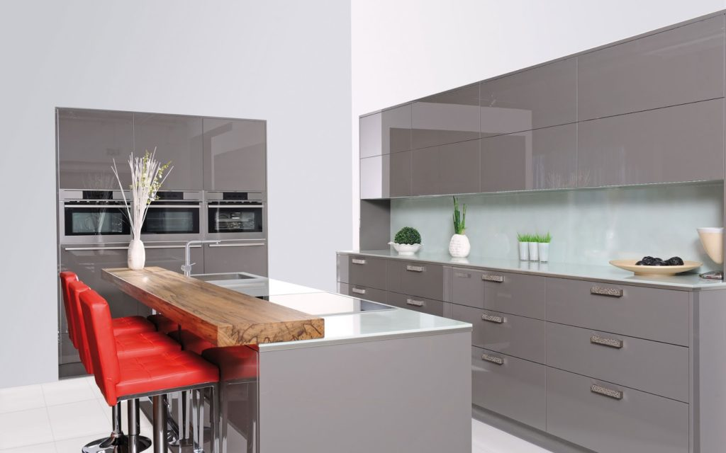 juego con las puertas de los muebles de la cocina o un elemento que contraste con el conjunto como puede ser un buen tabln de madera