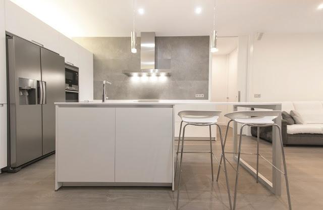 El sal n y la cocina frente a frente arcomobel for Cocinas blancas con isla