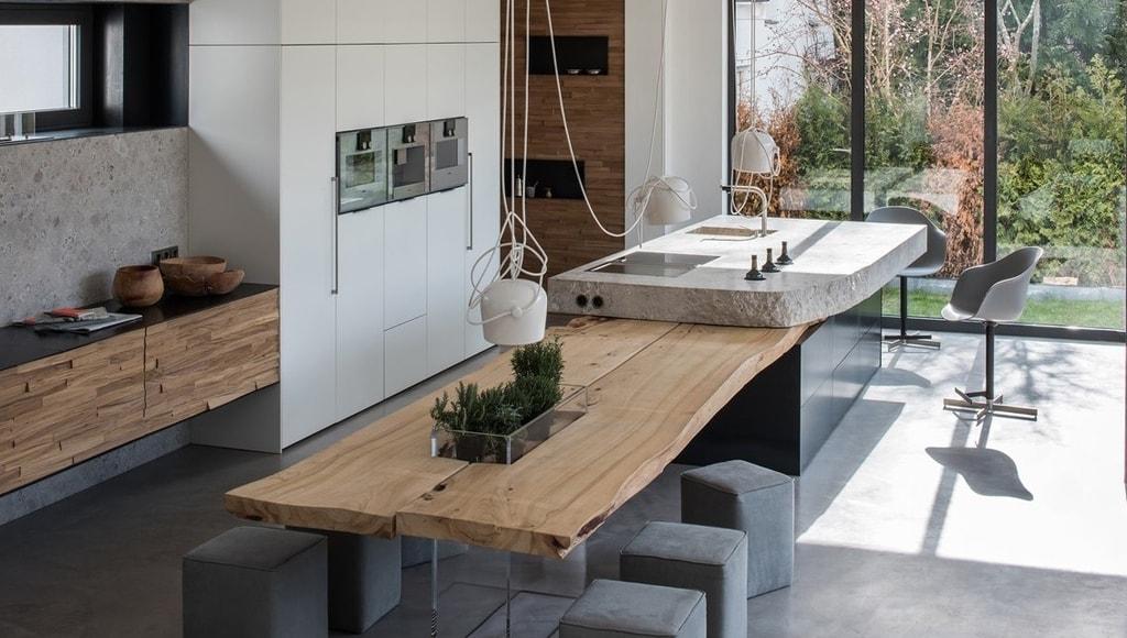 Una cocina de piedra y madera
